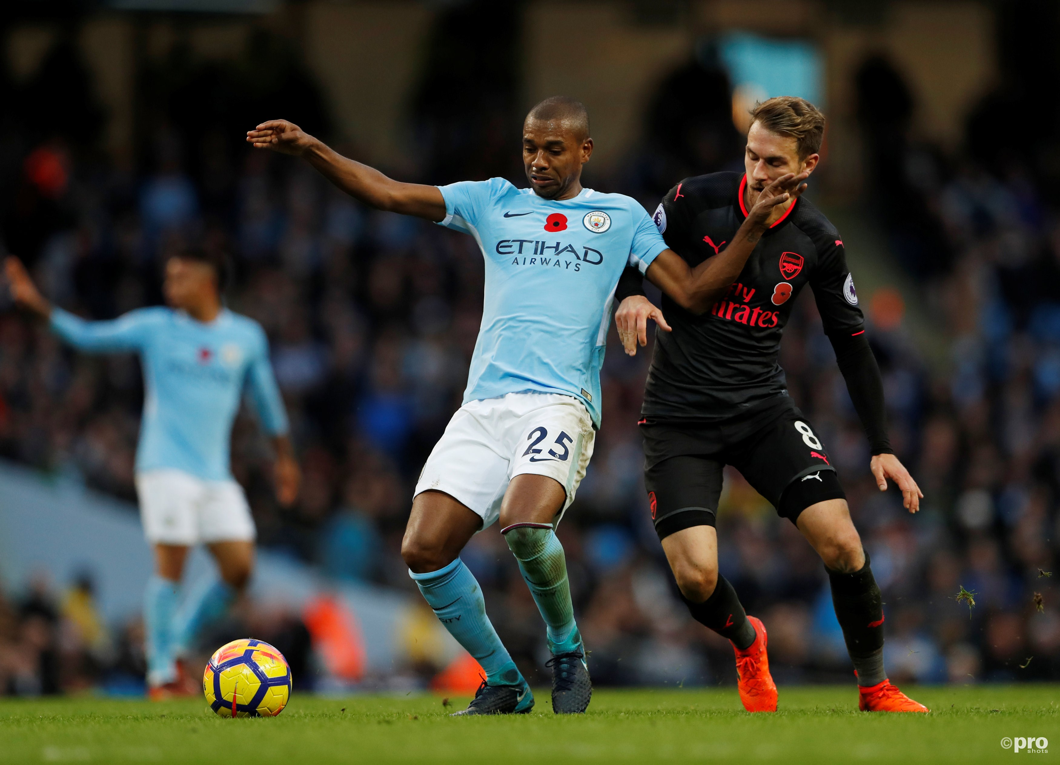 Fernandinho in duel met Arsenal's Aaron Ramsey. (PRO SHOTS/Action Images)