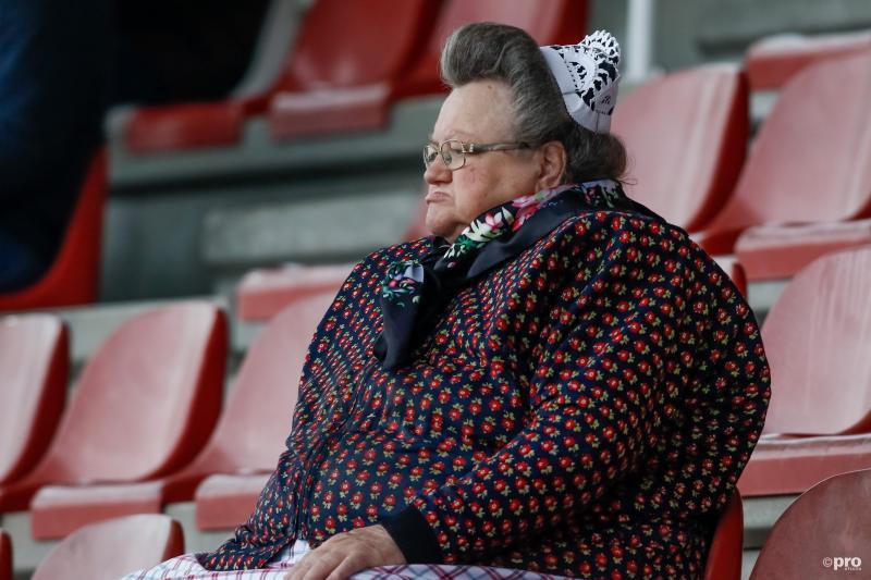 Bij de wedstrijd tussen IJsselmeervogels en HFC zagen we deze typisch Spakenburgse fan, wat zou een leuk onderschrift zijn bij deze foto? (Pro Shots / Remko Kool)