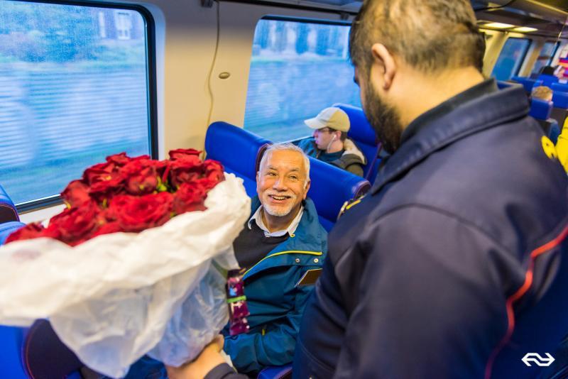 NS verrast Harry met een bos rozen (Foto: Twycer / www.twycer.nl)