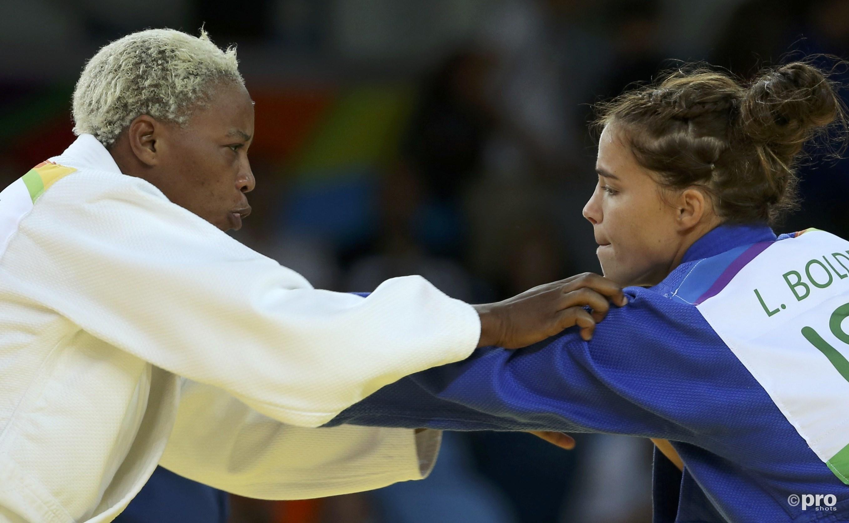 Linda Bolder hier rechts op de foto in actie op de Olympische Spelen. (PRO SHOTS/Action Images)