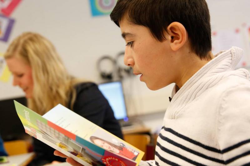 Jongens leren beter lezen met meer meisjes