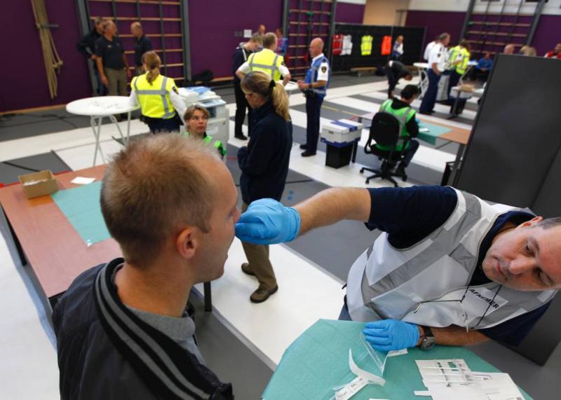 Politie gaat DNA met sponsje afnemen