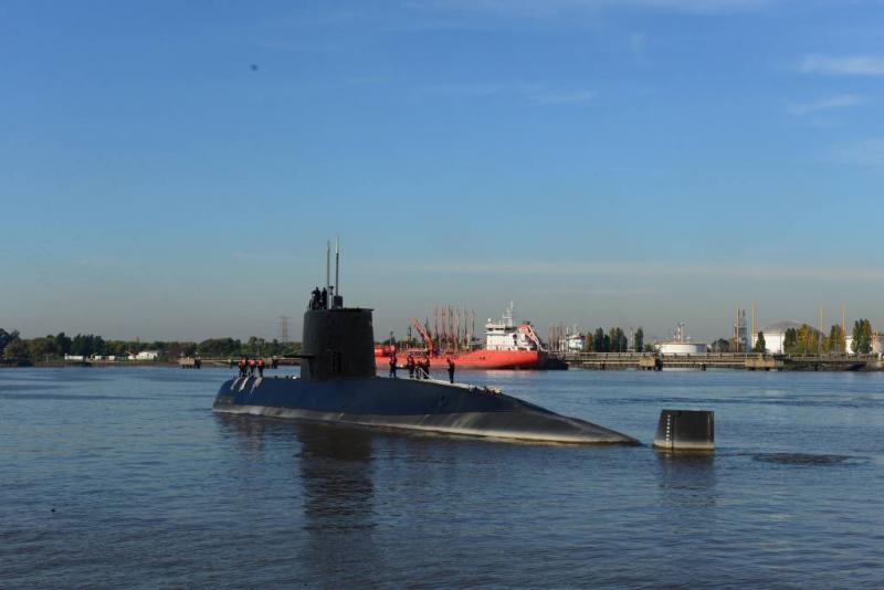 Hoge golven bemoeilijken zoektocht onderzeeër