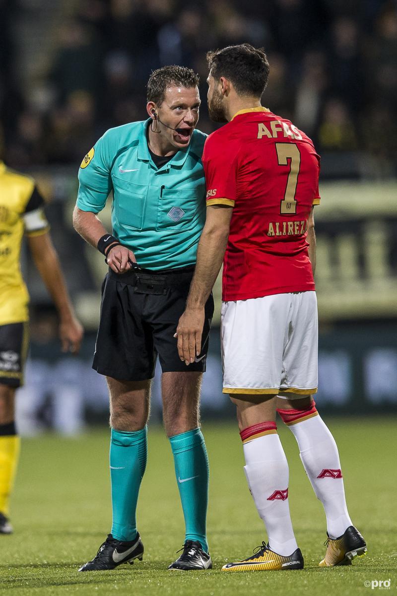 AZ-speler Alireza Jahanbakhsh en scheidsrechter Allard Lindhout zijn druk in de weer, maar wat is hier gaande? (Pro Shots / Toin Damen)