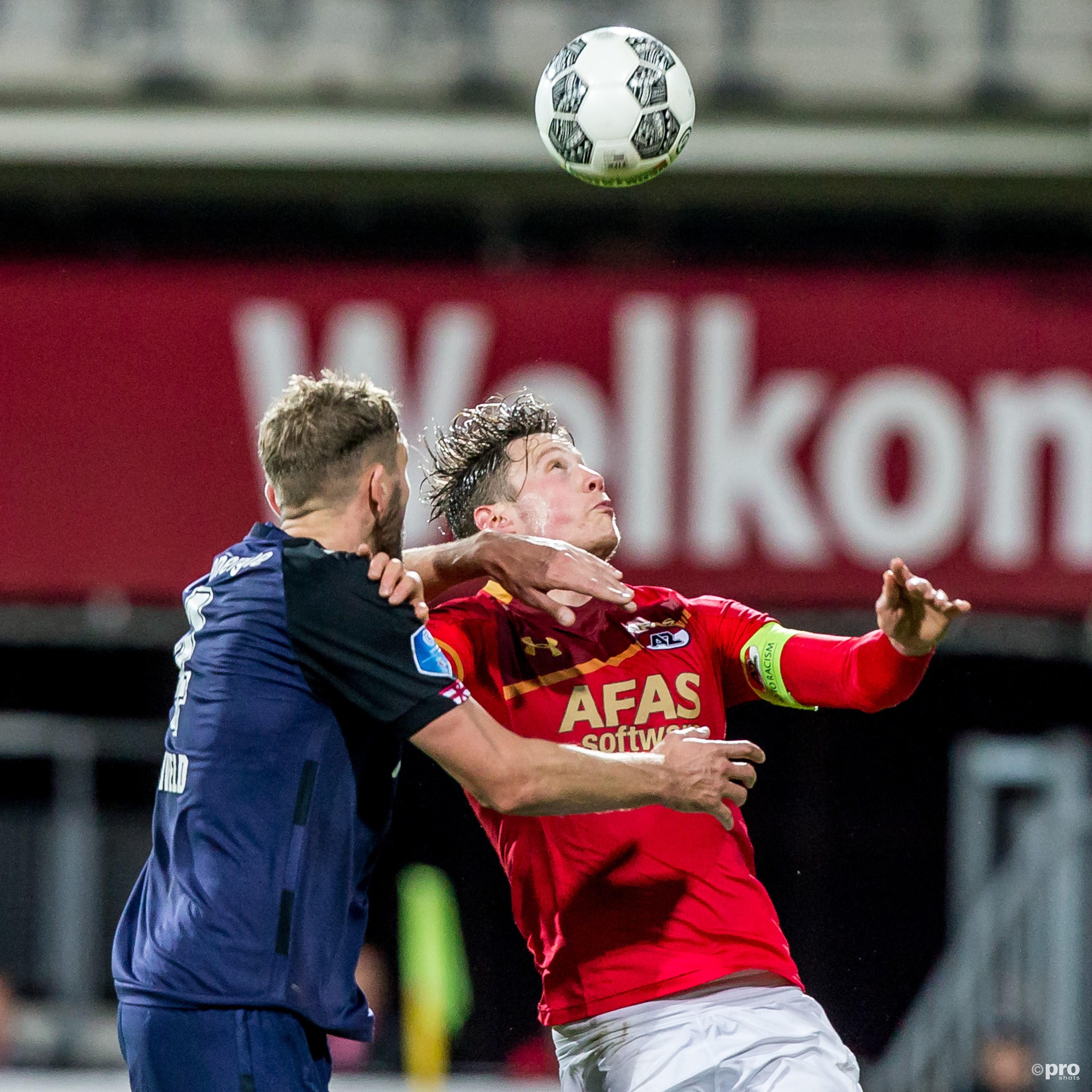 Jos Hooiveld (l) in duel met Wout Weghorst (r). (PRO SHOTS/Kay Int Veen)