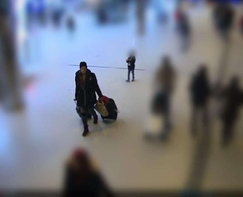 Vrouw laat kind achter op Amsterdam CS (Foto: politie.nl)