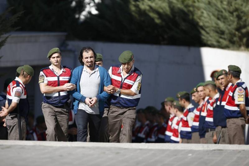 Turkije wil honderden militairen oppakken