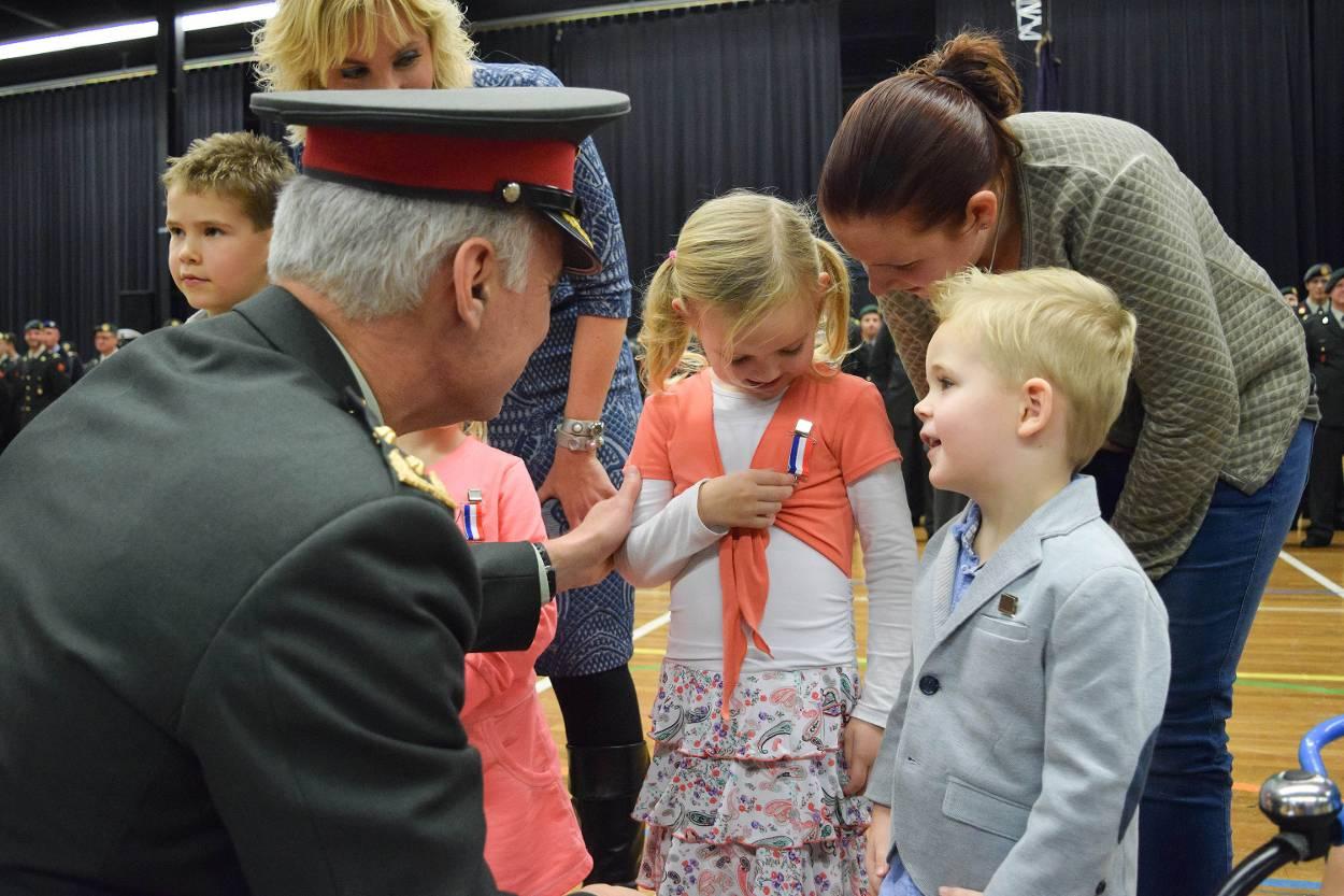 Kinderen krijgen een medaillon (Foto: Ministerie van Defensie)