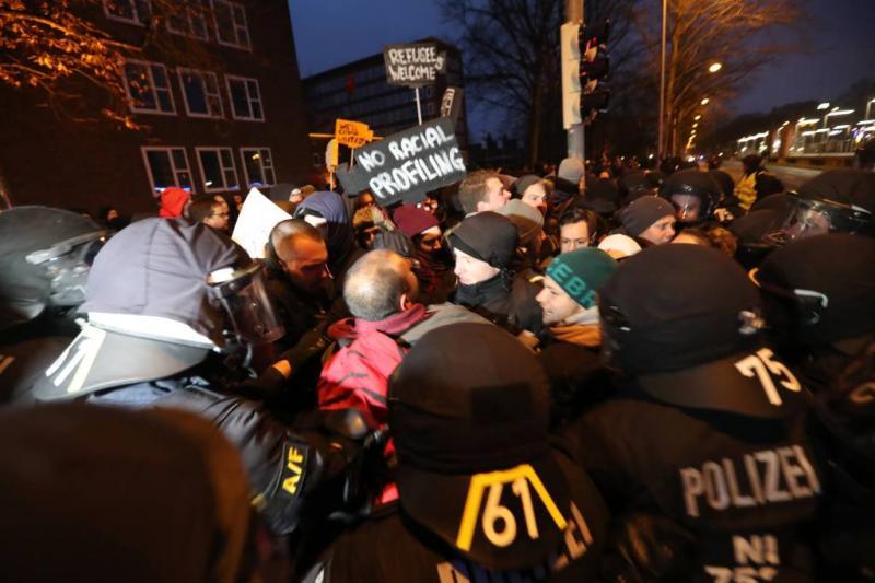 Politie verdrijft betogers tegen AfD