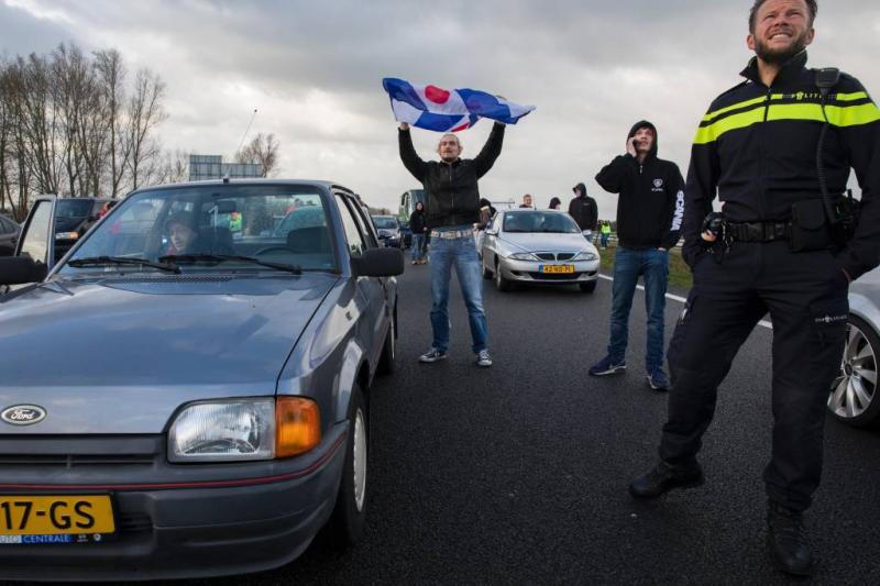Demo tegen Piet onder politiebegeleiding