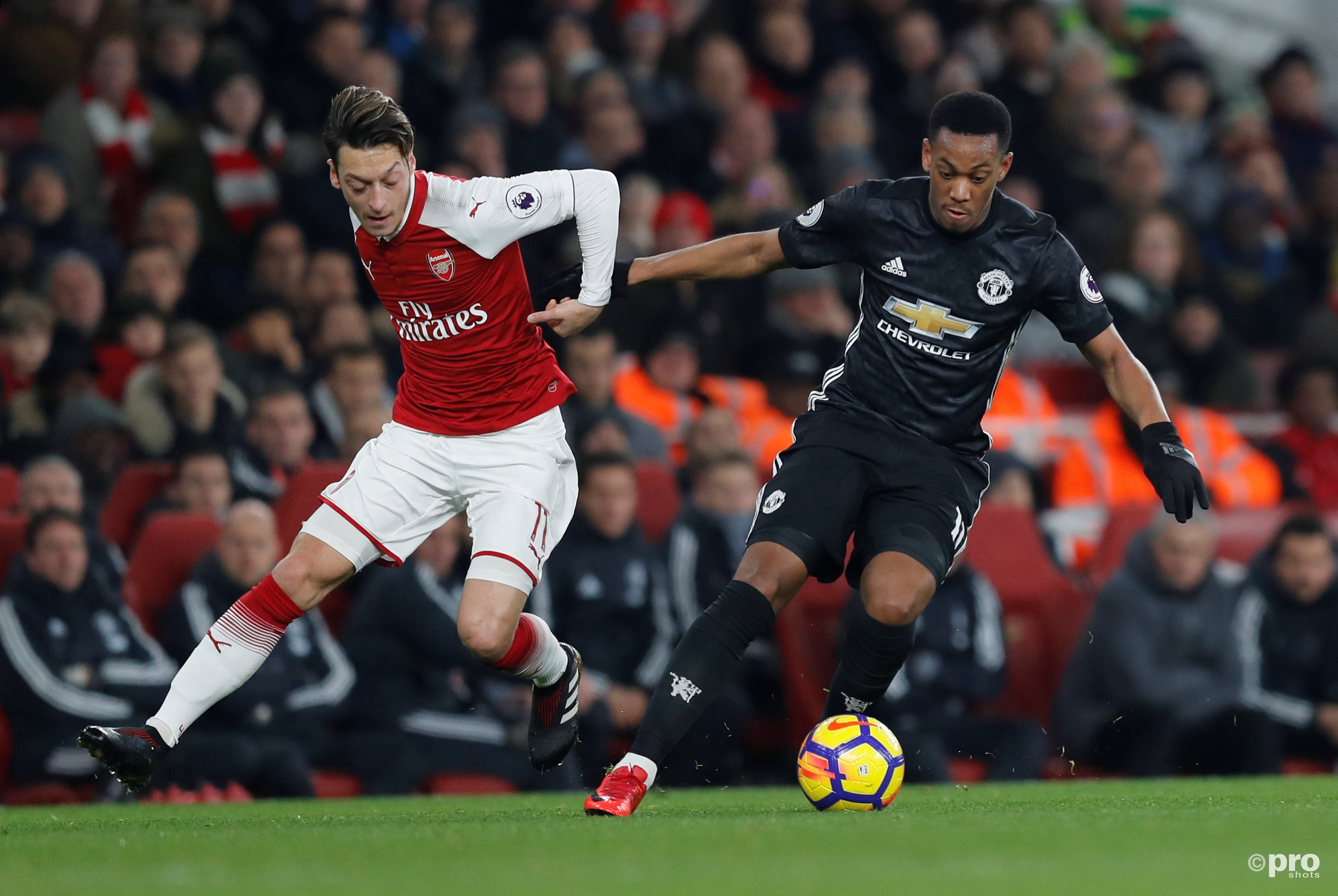 Mesut Ozil in duel met Anthony Martial. (PRO SHOTS/Action Images)