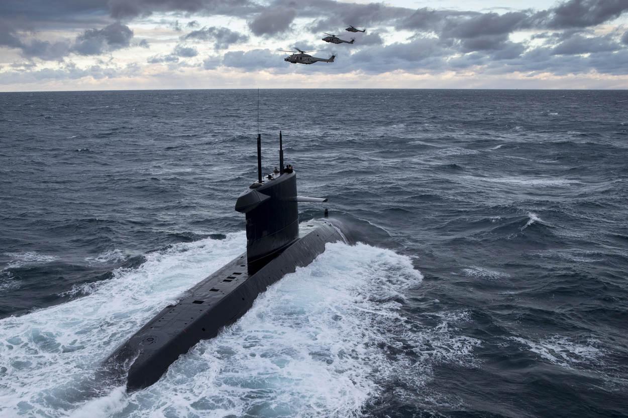 Zr. Ms. Walrus en 3 NH90's (Foto: Ministerie van Defensie)