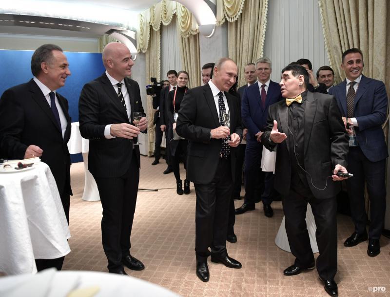Voor de loting van het WK voetbal was er een onderonsje tussen de Russische minister Vitaly Mutko, FIFA president Gianni Infantino, de Russische president Vladimir Putin en Diego Maradona, wat wordt hier besproken? (Pro Shots / Action Images)