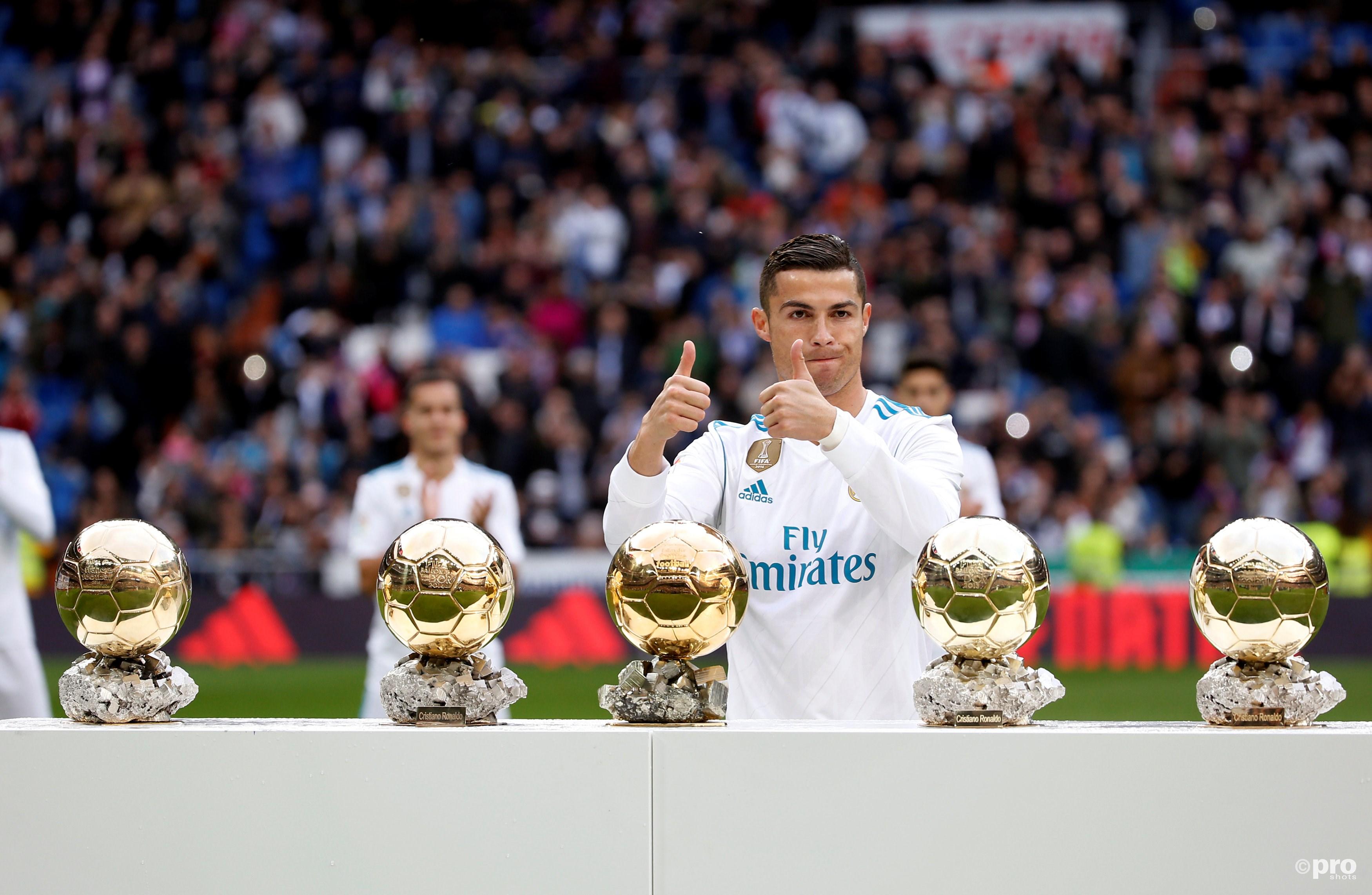Ronaldo voorgafgaand de wedstrijd met zijn vijf gouden ballen. (PRO SHOTS/Action Images)