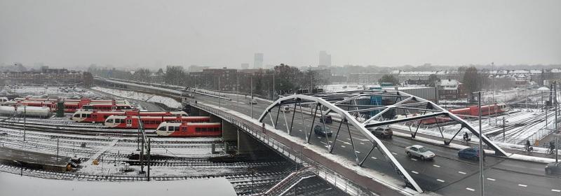 Bondage keek over een besneeuwd rangeerterrein in Groningen uit  (Foto: Bondage)