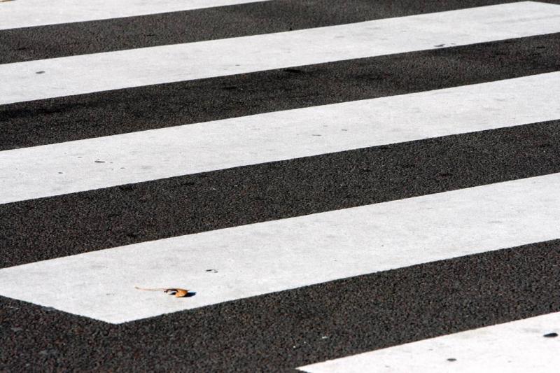 Automobilist rijdt door na scheppen voetganger