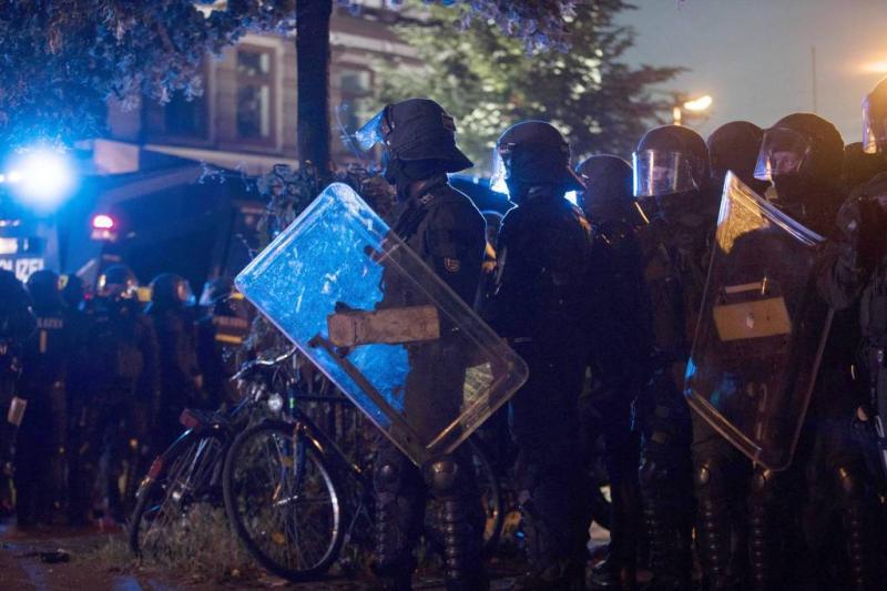 Activisten en politie bakkeleien met foto's