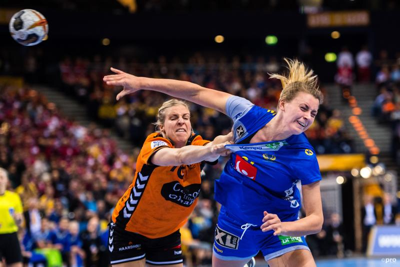De Nederlandse handbalster Danick Snelder heeft de Zweedse Isabelle Gulldén stevig te pakken, wat is hier gaande? (Pro Shots / Bildbyran)
