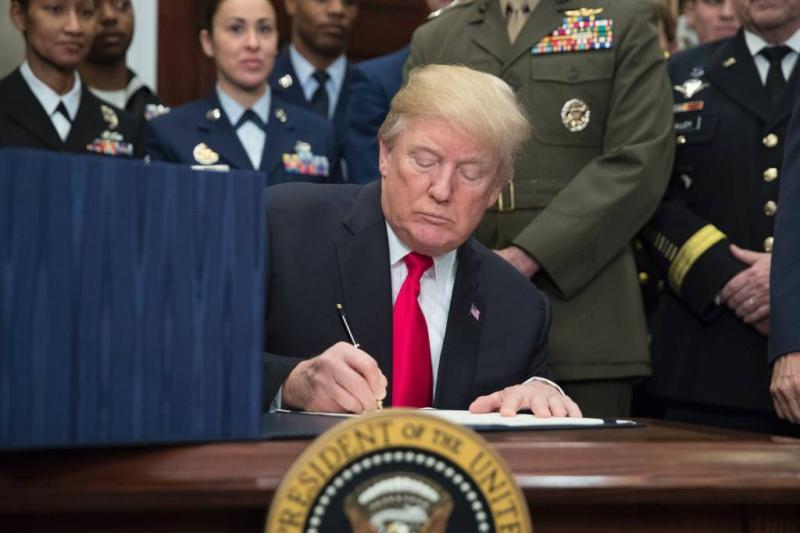 Trump zet handtekening onder belastingwet