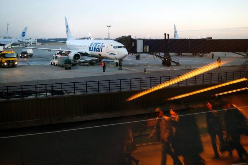 Russische stewardess valt uit vliegtuig