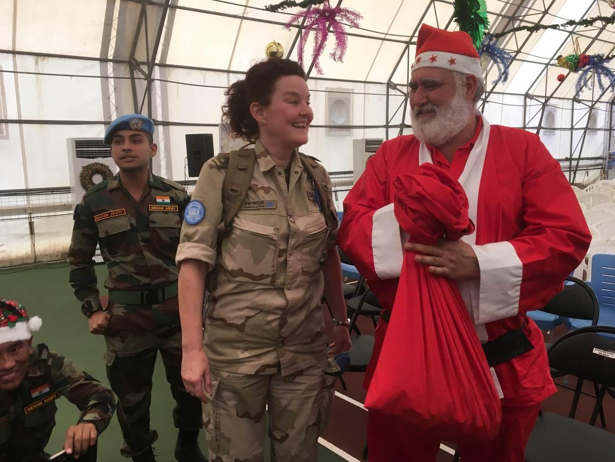 Ontmoeting met Zuid-Afrikaanse Kerstman (Foto: Ministerie van Defensie)