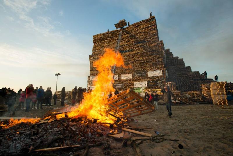 Bouw houtstapels Haagse strand begonnen