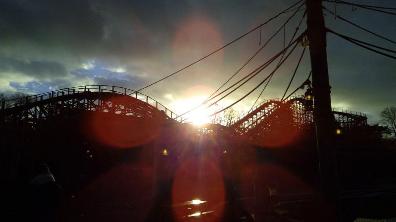 DJMO was vandaag in de Efteling. De zon kwam op boven Joris en de draak (Foto: DJMO)