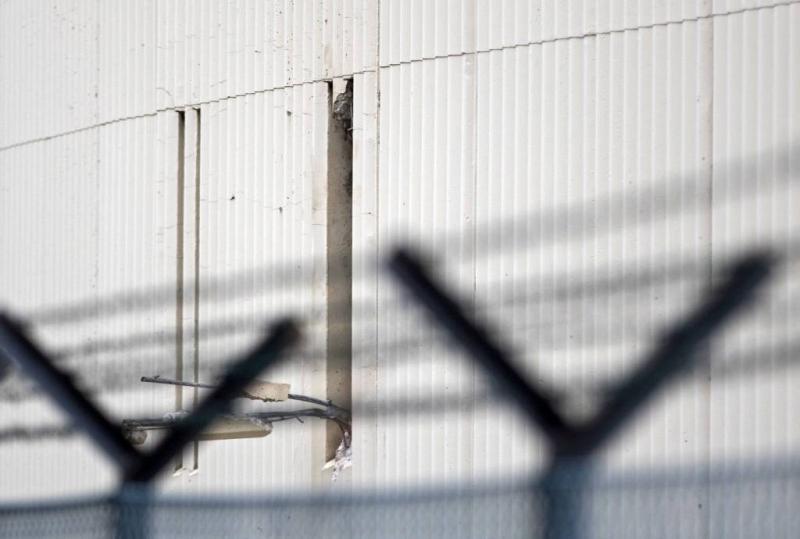 Gevangenen ontsnappen door gat in de muur