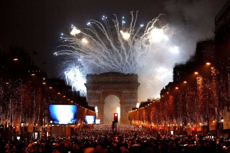 Duizenden waken over oudejaarsavond Parijs