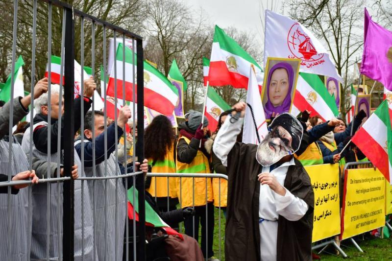 Tientallen demonstranten bij Iraanse ambassade