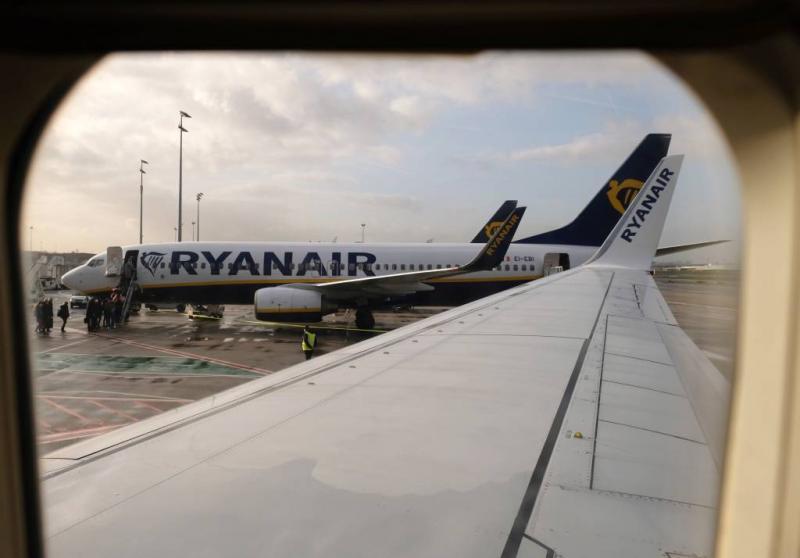 Vliegtuigpassagier stapt uit 'via de vleugel'