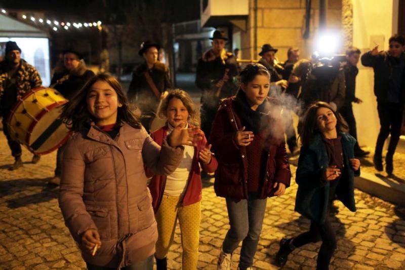 Kinderen in Portugal roken tijdens driekoningen