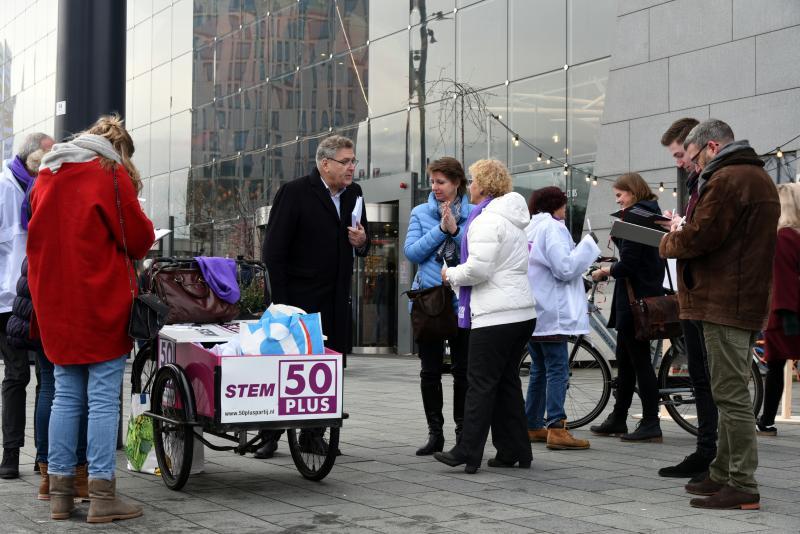 50PLUS met Henk Krol in actie tegen aflosboete (Foto: 50PLUS)