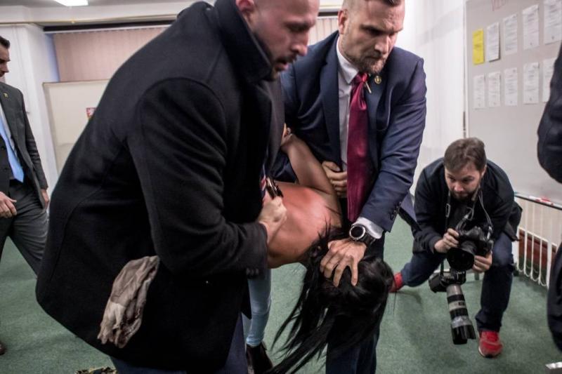 Topless vrouw belaagt Tsjechische president