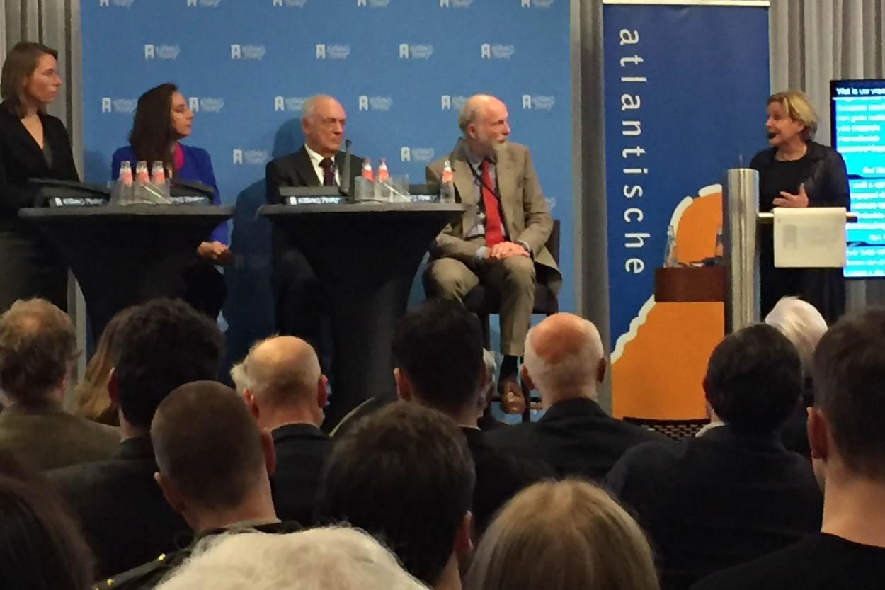 Vlnr.: Bruins-Slot (CDA), Isabelle Diks (GL), Van Kappen (VVD), Schaper (D'66) en minister Bijleveld (CDA) 9(Foto: Ministerie van Defensie)