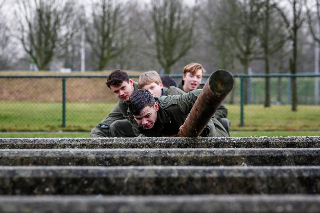 Geïnteresseerde jongeren ondervinden tijdens de informatie- en kennismakingsdagen aan den lijve of militair zijn echt iets voor ze is. (Foto: Ministerie van Defensie)