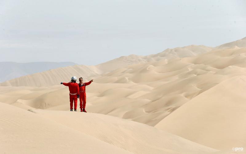 Dakar-deelnemers Miguel Angel Alvarez en Philippe Raud staan midden in de woestijn te overleggen, waar hebben de heren het over? (Pro Shots / Action Images)