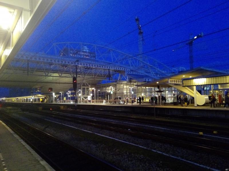 Station Leiden bij het vallen van de avond (Foto: DJMO)