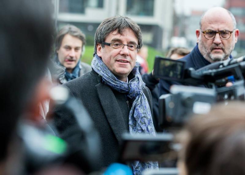 Spanje dreigt Puigdemont voor Deense reis
