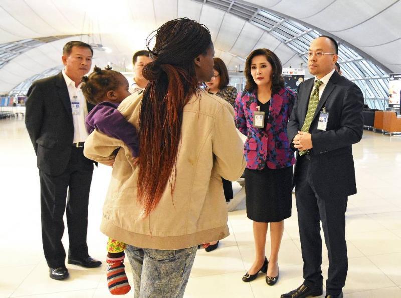 Gestrand gezin luchthaven Thailand reist door