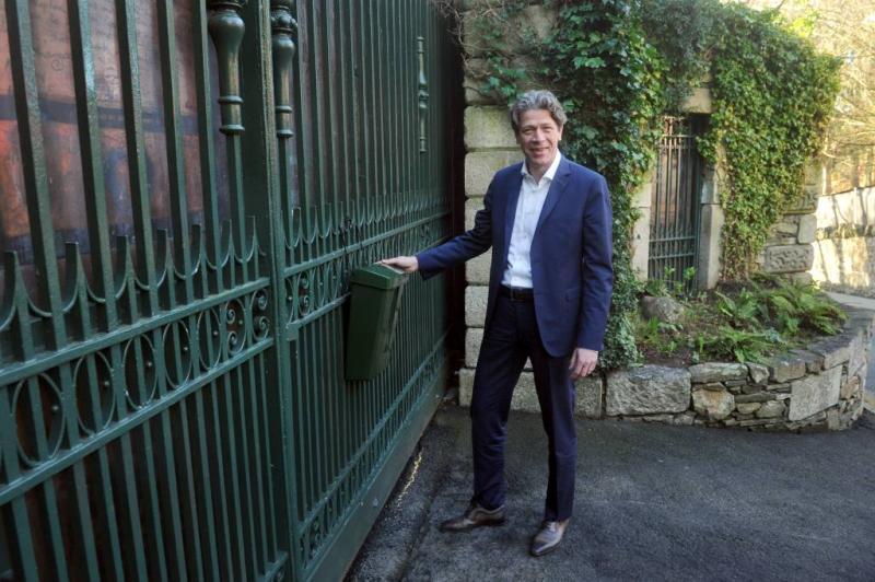 PvdA'er Tang hangt 'belastingbus' op bij Bono