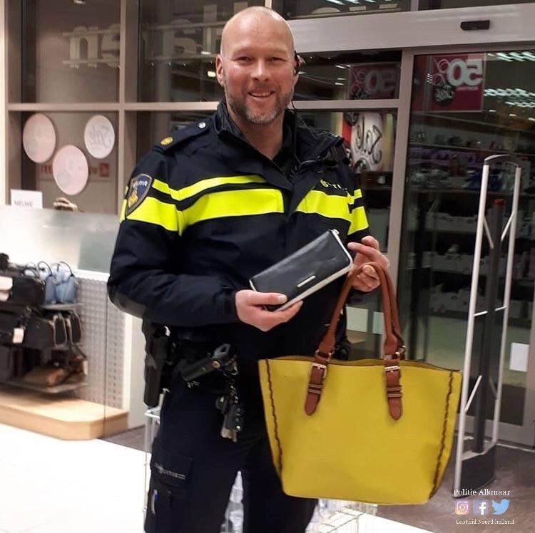 Wijkagent brengt vergeten tas naar huis (Foto: Politie Alkmaar)