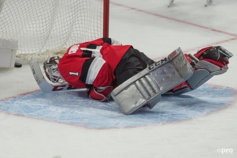 We troffen Ottawa Senators-goalie Mike Condon zo aan tijdens de wedstrijd tegen Boston Bruins, wat is hier gaande? (Pro Shots / Action Images)