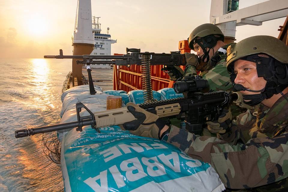 Marinepersoneel zorgt met een mitrailleur MAG en een Colt C7 voor nabijbeveiliging (Foto: Ministerie van Defensie)