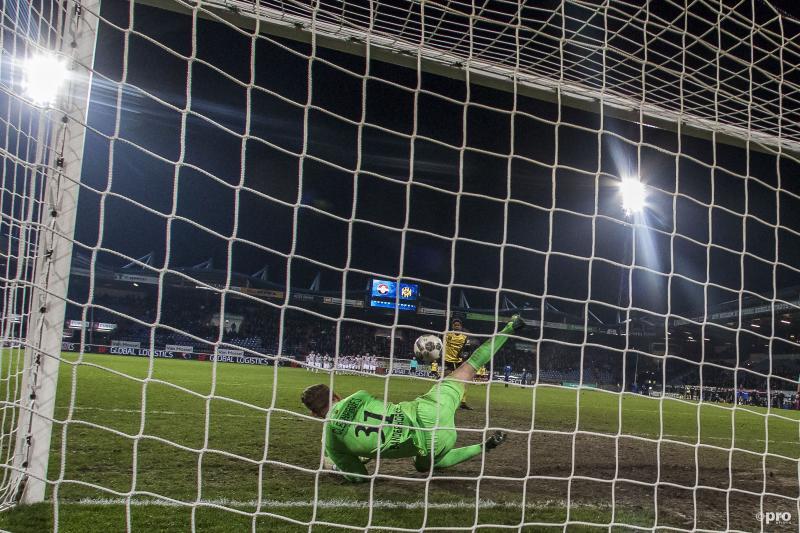 Willem II-keeper Mattijs Branderhorst stopt laatste strafschop van Roda JC-speler Tsiy Ndenge (Pro Shots / Toin Damen)