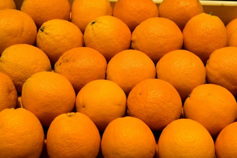 Gestolen sinaasappelen komen uit auto rollen