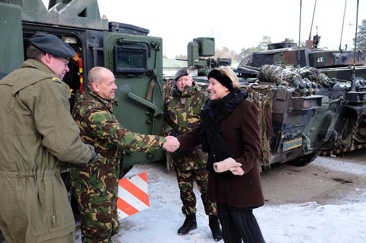 Na afloop van de ceremonie sprak minister Bijleveld met Nederlandse militairen (Foto: Ministerie van Defensie)
