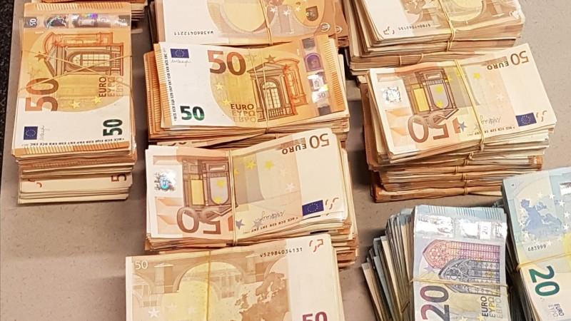 Half miljoen euro en telmachine in 'safe house' (Foto: Politie.nl)