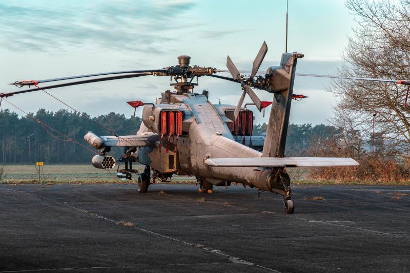 Apache-gevechtshelikopter bedekt met ijs. Het is koud op Vliegbasis Gilze-Rijen (Foto: Ministerie van Defensie)