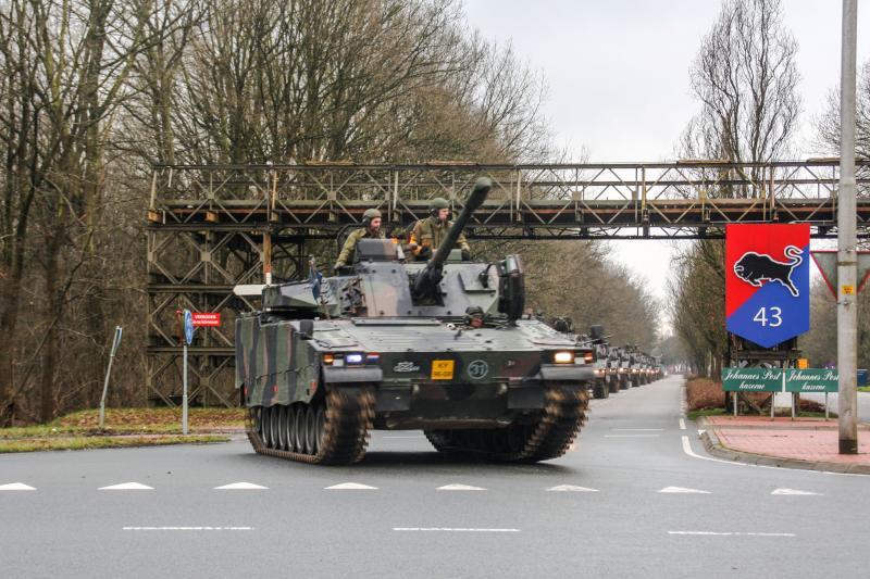CV90 verlaat kazerne (Foto: Ministerie van Defensie)